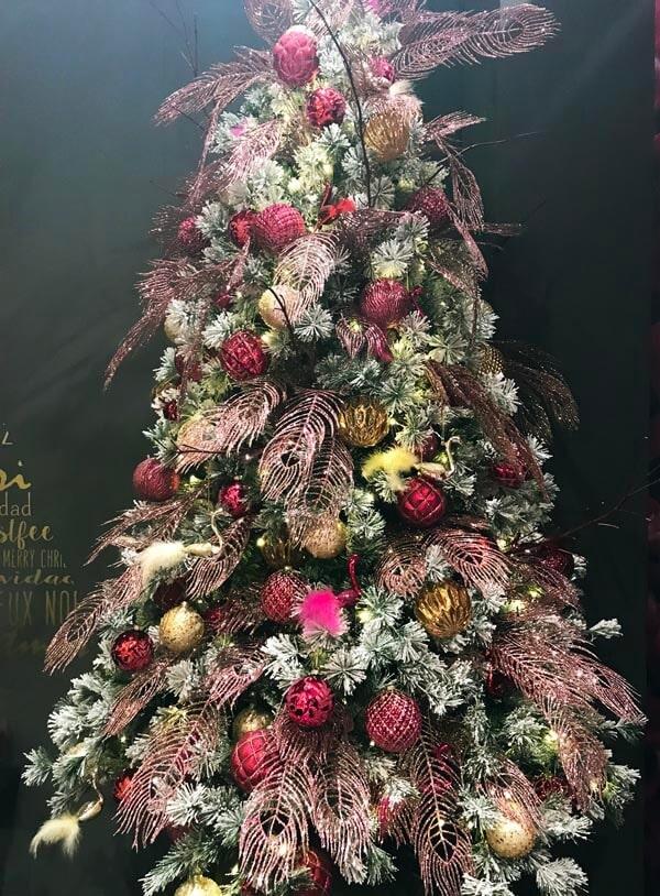 novoletna dekoracija trendi - umetna jelka in novoletni okraski