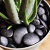okrasno kamenje črne barve